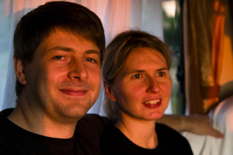Anja und Lars (von rechts nach links) im Sonnenuntergang