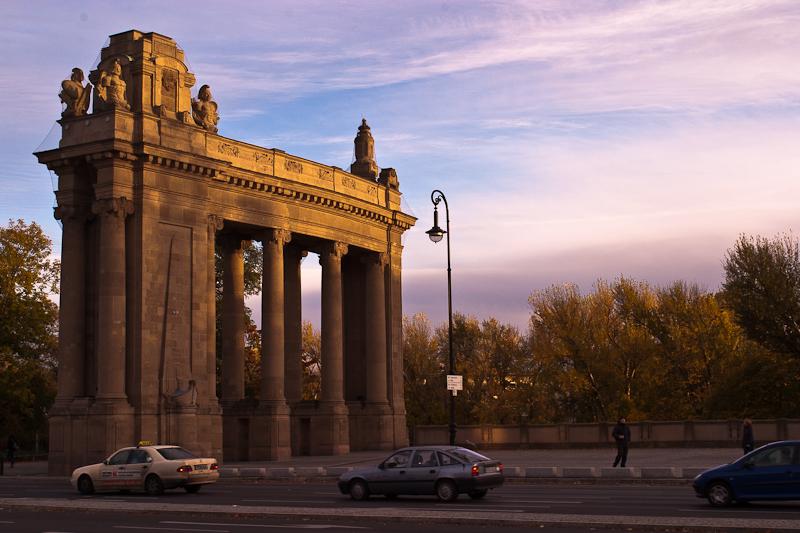 Charlottenburger Tor in herbstlichen Farben